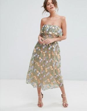 True Violet Платье миди без бретелек с вышивкой в виде цветов. Цвет: мульти