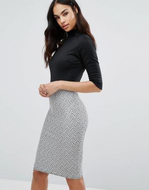 Club L Платье с высоким воротом и жаккардовой юбкой. Цвет: черный
