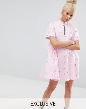 Lazy Oaf Свободное платье с короткими рукавами, принтом и молнией. Цвет: розовый