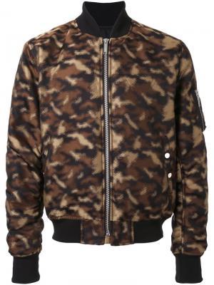 Куртка-бомбер с камуфляжным принтом Public School. Цвет: коричневый