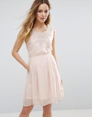 Jasmine Платье с отделкой кроше у горловины. Цвет: бежевый
