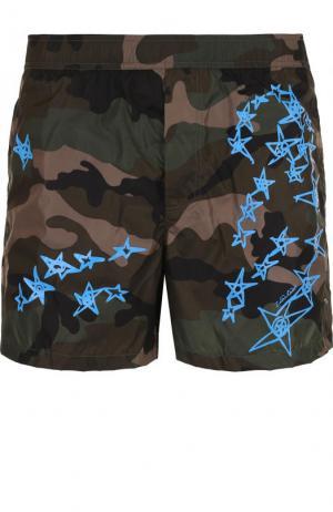 Плавки-шорты с камуфляжным принтом Valentino. Цвет: голубой