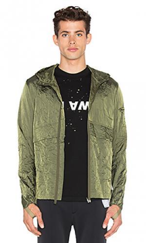 Ветровка с карманом на молнии спереди Satisfy. Цвет: зеленый