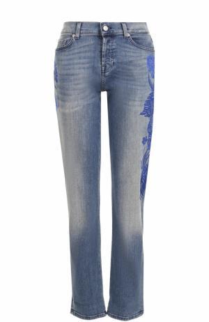 Укороченные джинсы с потертостями и вышивкой 7 For All Mankind. Цвет: синий