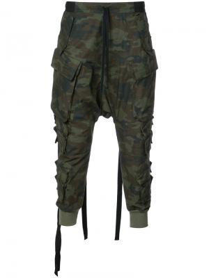 Зауженные камуфляжные брюки Unravel Project. Цвет: зелёный