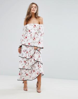 Foxiedox Платье макси с открытыми плечами, цветочным принтом и ярусными оборкам. Цвет: мульти