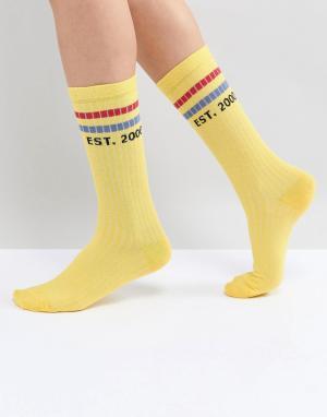 ASOS Высокие носки с полосками и надписями. Цвет: желтый