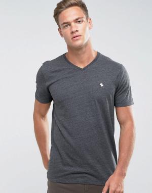 Abercrombie & Fitch Серая облегающая футболка с V-образным вырезом и логотипом. Цвет: серый