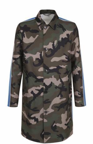 Однобортное пальто прямого кроя с камуфляжным принтом и контрастной отделкой Valentino. Цвет: хаки