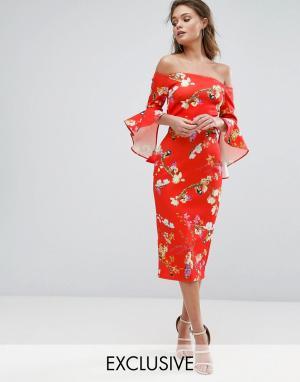 True Violet Красное платье миди с цветочным принтом, широким вырезом и оборками на. Цвет: мульти