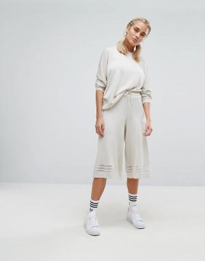Adidas Originals Трикотажные кюлоты с тремя прозрачными полосками. Цвет: кремовый