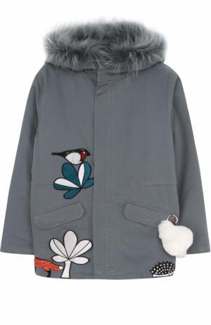 Текстильная куртка с меховой отделкой и брелоком Yves Salomon Enfant. Цвет: серый