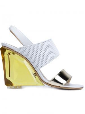 Босоножки на контрастном каблуке Monique Lhuillier. Цвет: белый