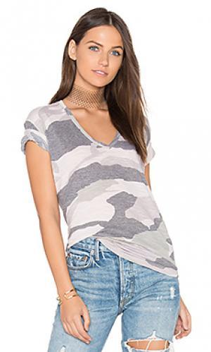 Свободная футболка с v-вырезом и камуфляжным рисунком MONROW. Цвет: беж