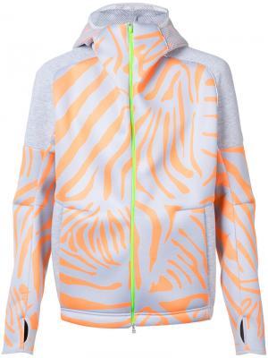 Спортивная куртка с тигриным принтом Adidas By Kolor. Цвет: серый