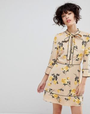 J.O.A Чайное платье с завязкой и цветочным принтом. Цвет: кремовый