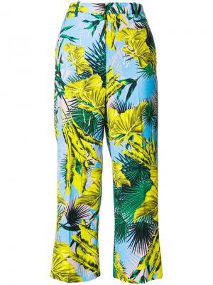 Укороченные брюки с пальмами Versace. Цвет: многоцветный