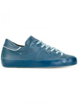 Кроссовки с нашивками Philippe Model. Цвет: синий