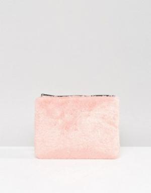 Skinnydip Клатч из искусственного меха. Цвет: розовый