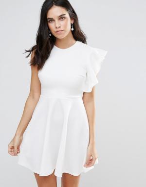 Club L Короткое приталенное платье на одно плечо с оборками. Цвет: белый