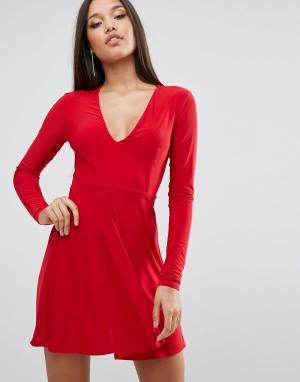 Club L Короткое приталенное платье с глубоким вырезом спереди. Цвет: красный