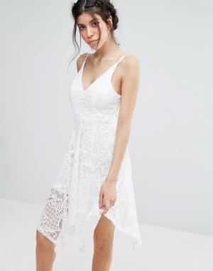 Love Triangle Кружевное платье с асимметричным подолом. Цвет: белый
