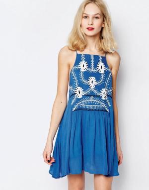 Piper Короткое приталенное платье с цветочной вышивкой Sumatra. Цвет: синий