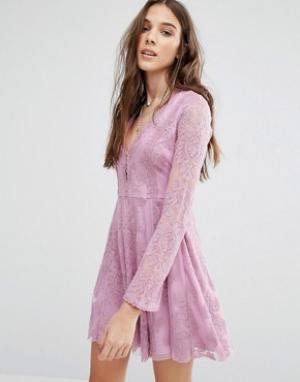 Honey Punch Кружевное короткое приталенное платье. Цвет: фиолетовый
