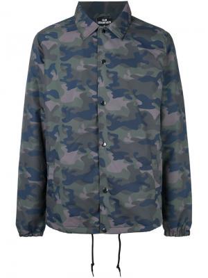 Камуфляжная куртка с логотипом сзади Les (Art)Ists. Цвет: зелёный
