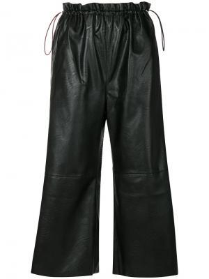 Укороченные брюки из искусственной кожи Mm6 Maison Margiela. Цвет: чёрный
