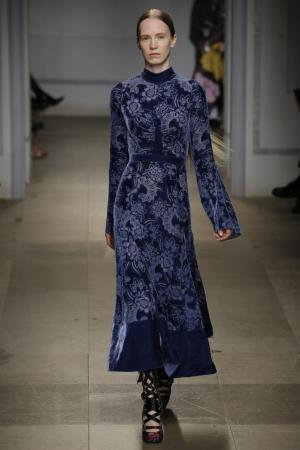 Платье из бархата «деворе» Christina Erdem. Цвет: синий