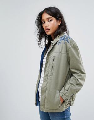 Maison Scotch Куртка в стиле милитари с вышивкой на плече. Цвет: зеленый