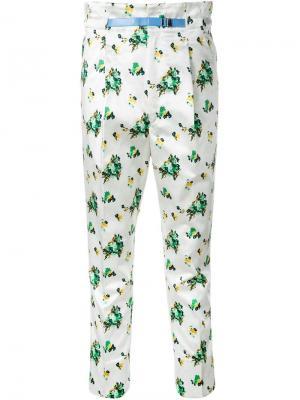 Укороченные брюки с цветочным принтом Toga. Цвет: белый