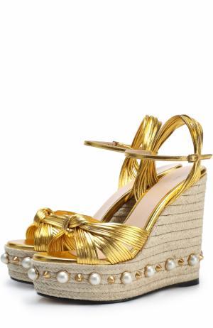 Босоножки Barbette из металлизированной кожи на танкетке с декором Gucci. Цвет: золотой