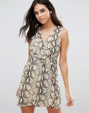 Jasmine Короткое приталенное платье со змеиным принтом. Цвет: бежевый
