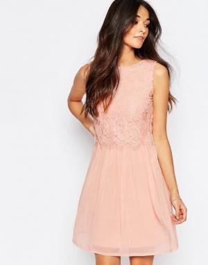 Club L Короткое приталенное платье с кружевной отделкой. Цвет: розовый