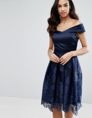 Vesper Платье миди с кружевной юбкой и открытыми плечами. Цвет: темно-синий