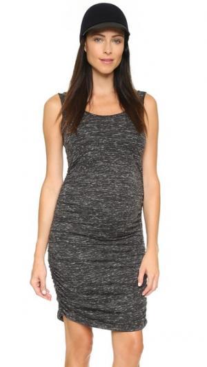 Платье для беременных без рукавов с фактурными сборками Ingrid & Isabel. Цвет: черный мрамор