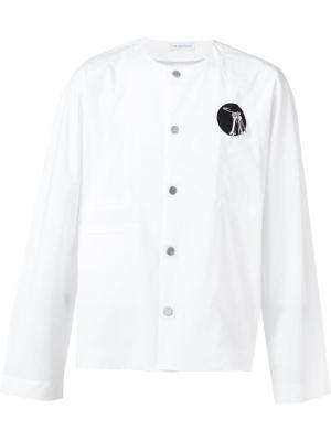 Рубашка декорированная булавкой J.W.Anderson. Цвет: белый