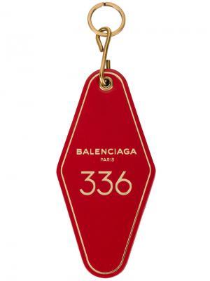 Брелок для ключей в виде ярлыка отельного номера Balenciaga. Цвет: красный