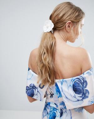 ASOS Резинка для волос с цветком из искусственной кожи. Цвет: белый