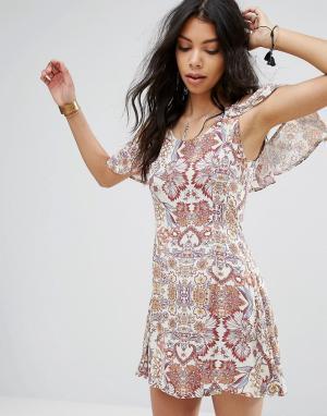 Boohoo Свободное платье с открытыми плечами и оборками. Цвет: мульти