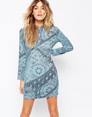 Rollas Платье с высоким воротом и платочным принтом. Цвет: синий