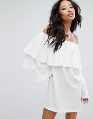 PrettyLittleThing Цельнокройное платье с широким вырезом и ярусными оборками PrettyLittl. Цвет: белый