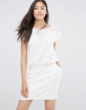 Soaked in Luxury Белое платье с V‑образными вставками. Цвет: белый