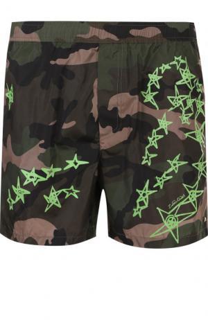 Плавки-шорты с камуфляжным принтом Valentino. Цвет: зеленый