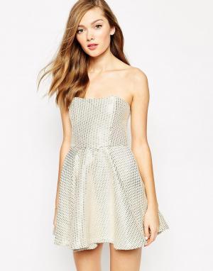 Boulee Короткое приталенное платье без бретелек с принтом Hailey. Цвет: бриллиант