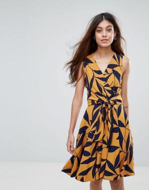 Closet London Платье с лиственным принтом и поясом. Цвет: черный