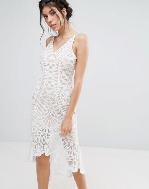 Love Triangle Кружевное облегающее платье с баской по низу. Цвет: белый