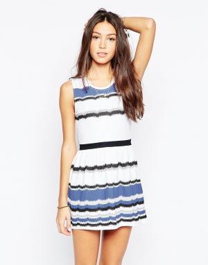 Your Eyes Lie Короткое приталенное платье в разноцветную полоску. Цвет: темно-синий